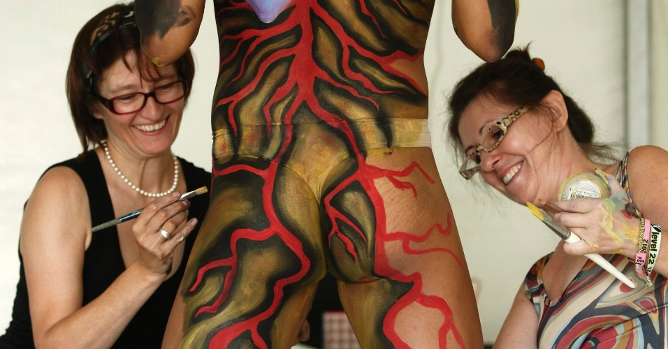 7.jul.2012 - Artistas pintam modelo para o Festival Internacional de Pintura de Corpo em Poerschach, na Áustria. O evento vai de 6 a 8 de julho