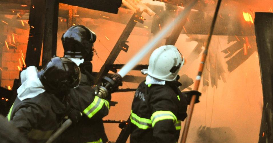 7.jul.2012 - Bombeiros trabalham para conter incêndio que atingiu barracos da favela Jardim Elba, na Avenida Marginal do Oratório, em Sapopemba (zona leste da cidade de São Paulo). Ainda não há informações de feridos