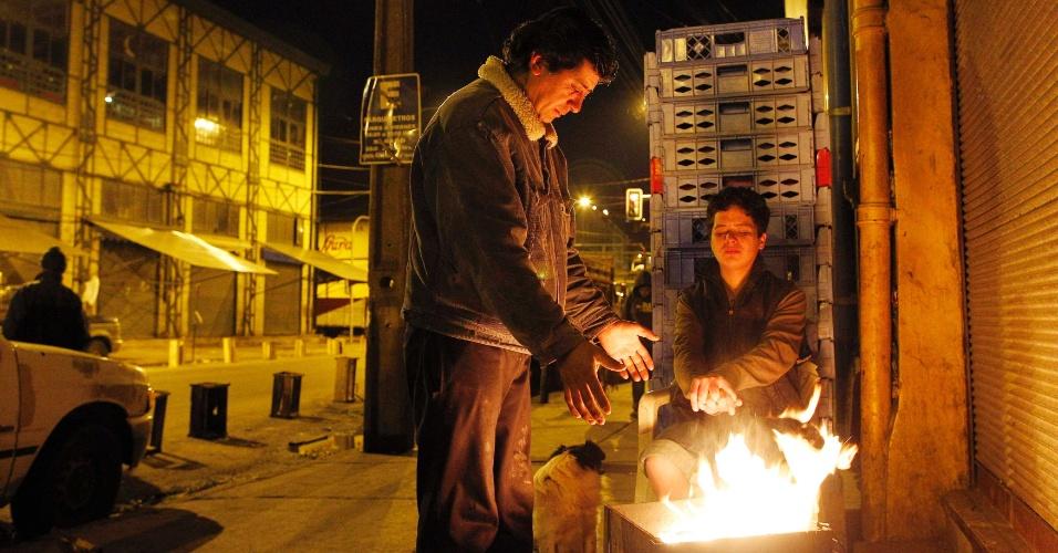 7.jul.2012 - Chilenos aquecem as mãos em fogueira improvisada no centro de Valparaíso