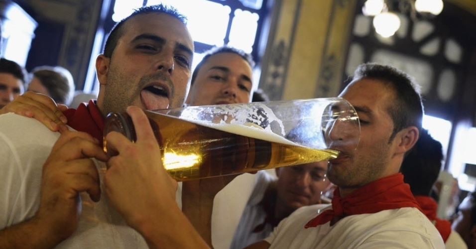7.jul.2012 - Foli&#245;es bebem cerveja em copo gigante durante o segundo dia das festas de S&#227;o Firmino em Pamplona (Espanha)