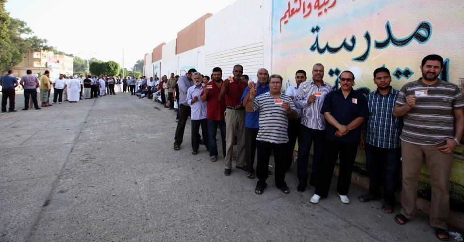 7.jul.2012 - Líbios aguardam em fila para votar em assembleia de votação no distrito de Tajura, em Trípoli