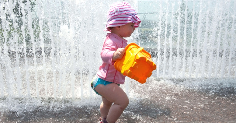 7.jul.2012 - Lucia, de apenas 14 meses, se refresca em fonte no Yards Park, em Washington. A temperatura na capital dos Estados Unidos chegou a 38 graus Celsius. A expectativa &#233; que aumente para 40 graus Celsius