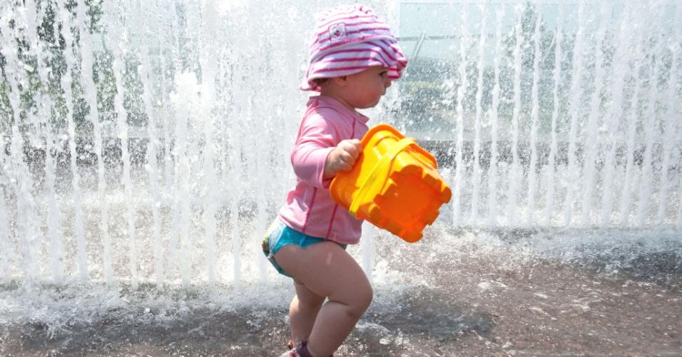 7.jul.2012 - Lucia, de apenas 14 meses, se refresca em fonte no Yards Park, em Washington. A temperatura na capital dos Estados Unidos chegou a 38 graus Celsius. A expectativa é que aumente para 40 graus Celsius