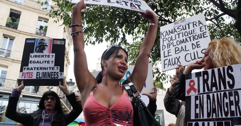 7.jul.2012 - Mulheres protestam, em Paris, contra projeto de lei que visa abolir a prostituição na França