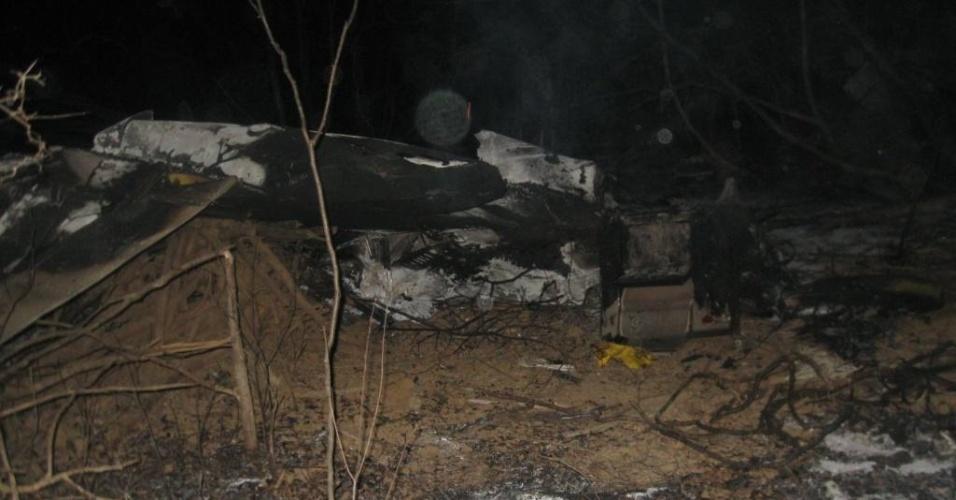 7.jul.2012 - O piloto de um avião de pequeno porte morreu e os dois passageiros ficaram feridos após a queda da aeronave na zona rural do município de Espinosa, no norte de Minas Gerais