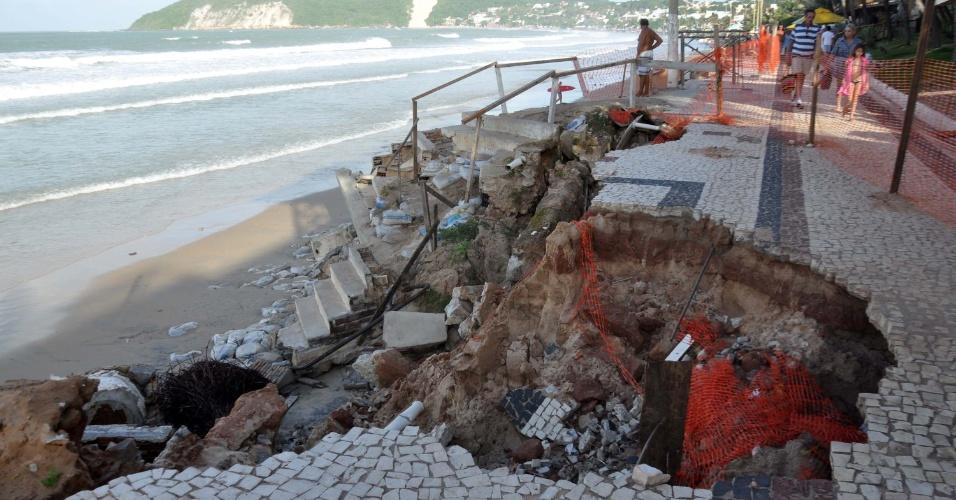 7.jul.2012 - Ondas grandes destroem calçadão e ameaçam quiosques da praia de Ponta Negra, um dos cartões postais da cidade de Natal (RN)