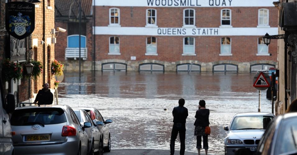7.jul.2012 - Pessoas observam inundação na cidade de York, no norte da Inglaterra. O nível do rio Ouse aumentou mais que o normal. Foram emitidos no país vários avisos de enchentes