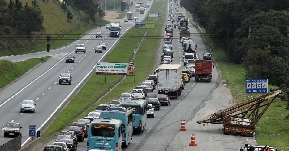 7.jul.2012 - Saída de veículos para o feriado de 9 de julho, em São Paulo, causa congestionamento na rodovia Fernão Dias, entre Mairiporã e Atibaia, na manhã deste sábado (7)