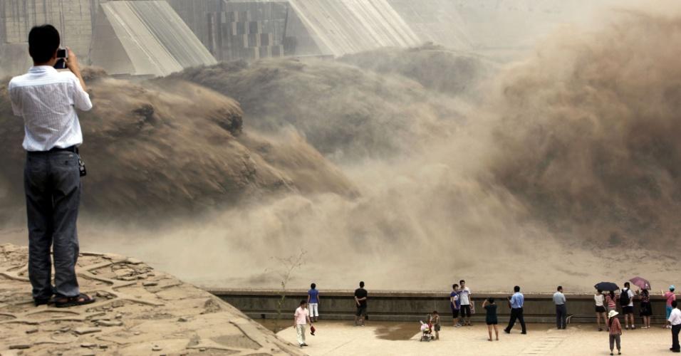 7.jul.2012 - Turistas assistem à queda d´água lançada pela barragem de Xiaolangdi, em Jiyuan, na província chinesa de Henan