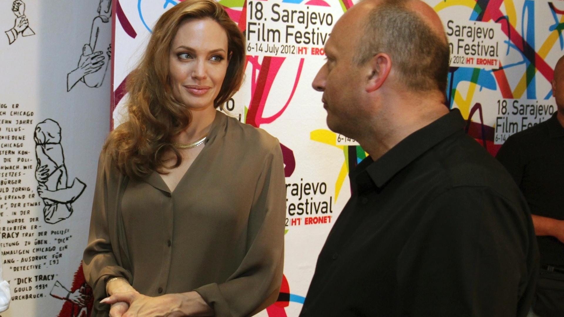 Angelina Jolie conversa com o diretor Mirsad Purivatra, no 18º Sarajevo Film Festival, na Bósnia (7/7/12)