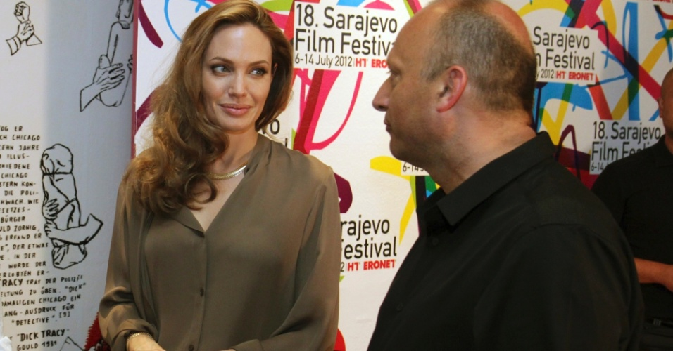 Angelina Jolie conversa com o diretor Mirsad Purivatra, no 18&#186; Sarajevo Film Festival, na B&#243;snia (7/7/12)
