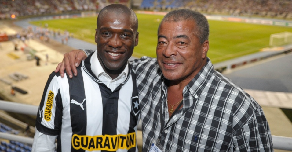 Após o fim da partida, Seedorf tirou foto com Jairzinho, ídolo do Botafogo