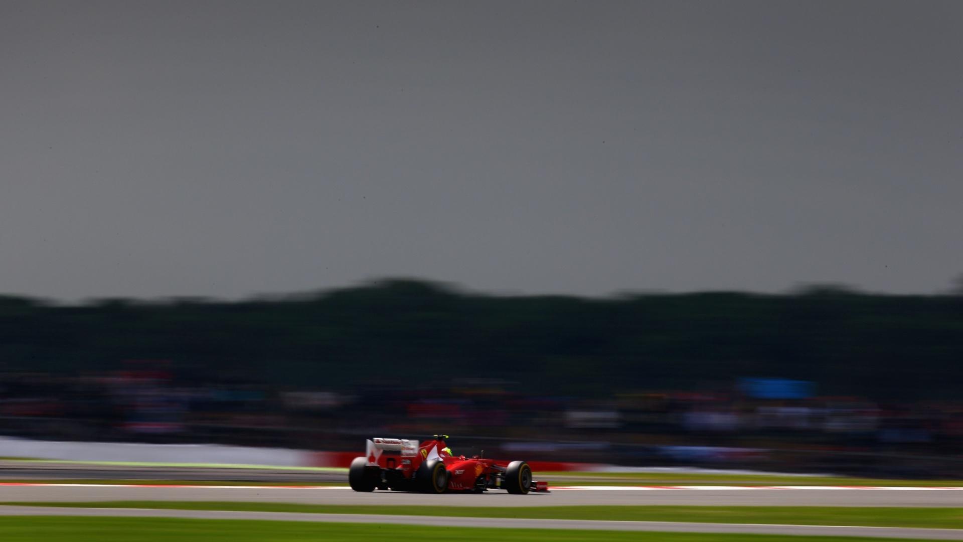 Felipe Massa guia seu carro pelo circuito de Silverstone