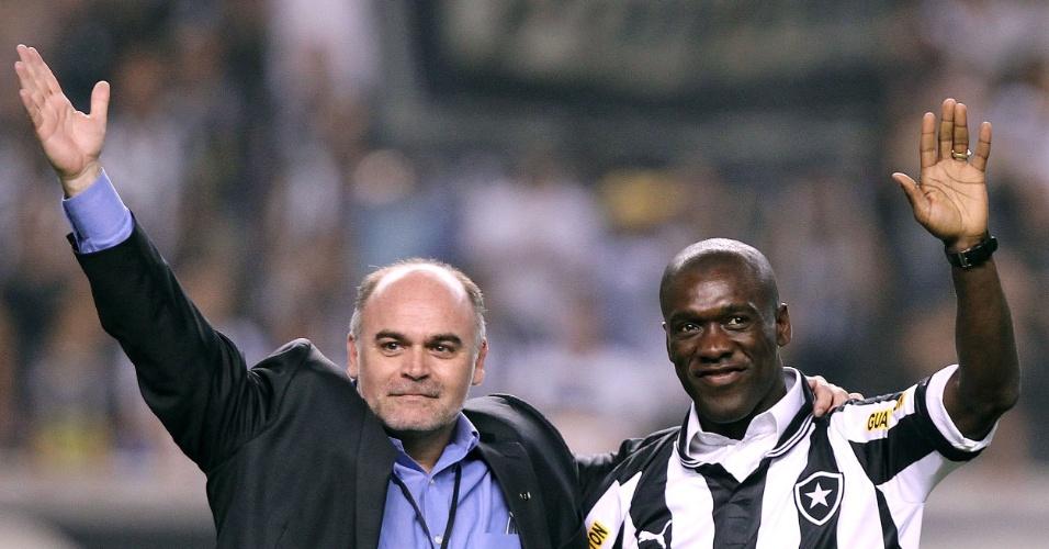 Holandês Clarence Seedorf ao lado do presidente do Botafogo Mauricio Assumpção