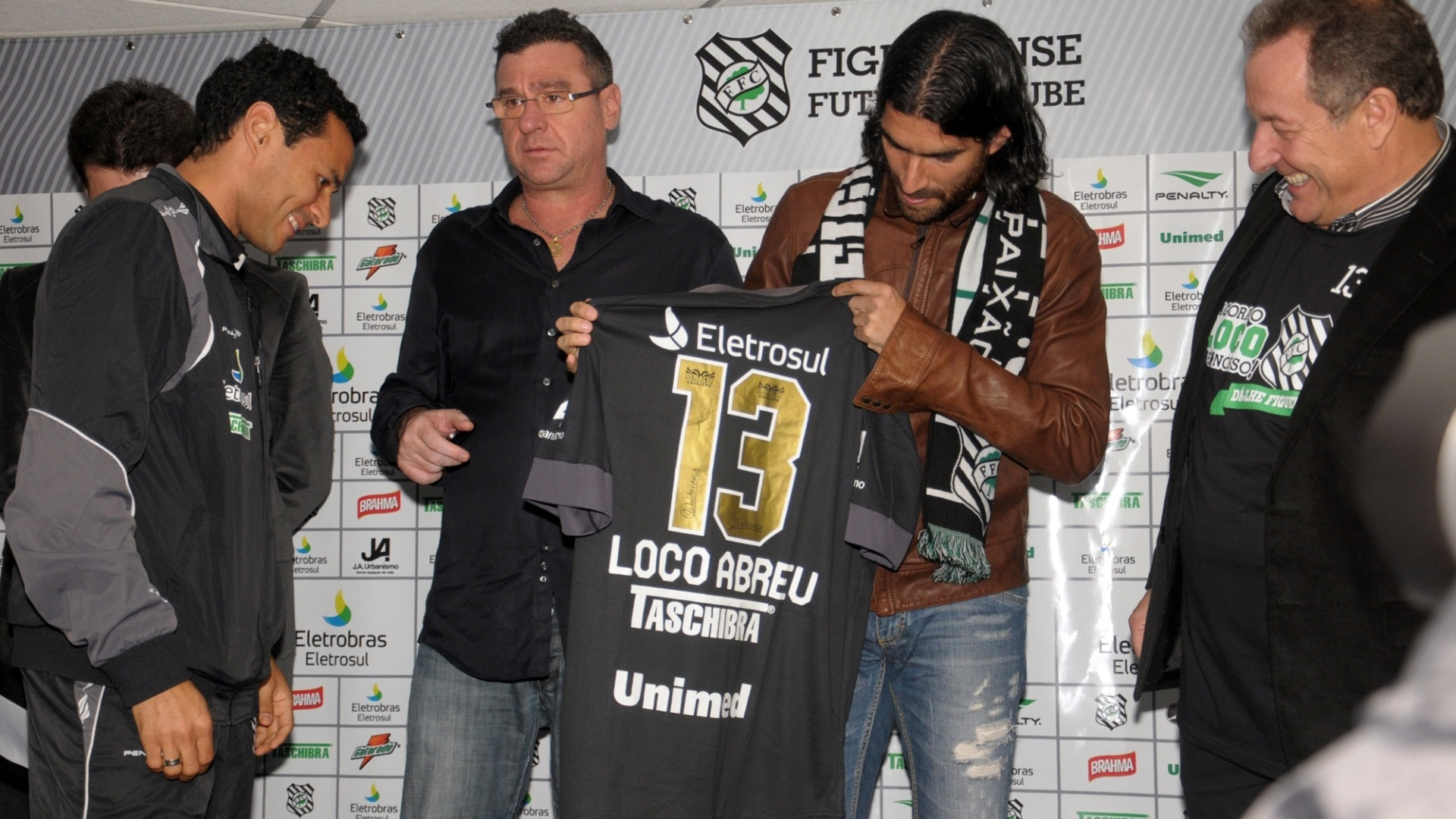 Loco Abreu  recebido com festa no Figueirense (07/07/2012)