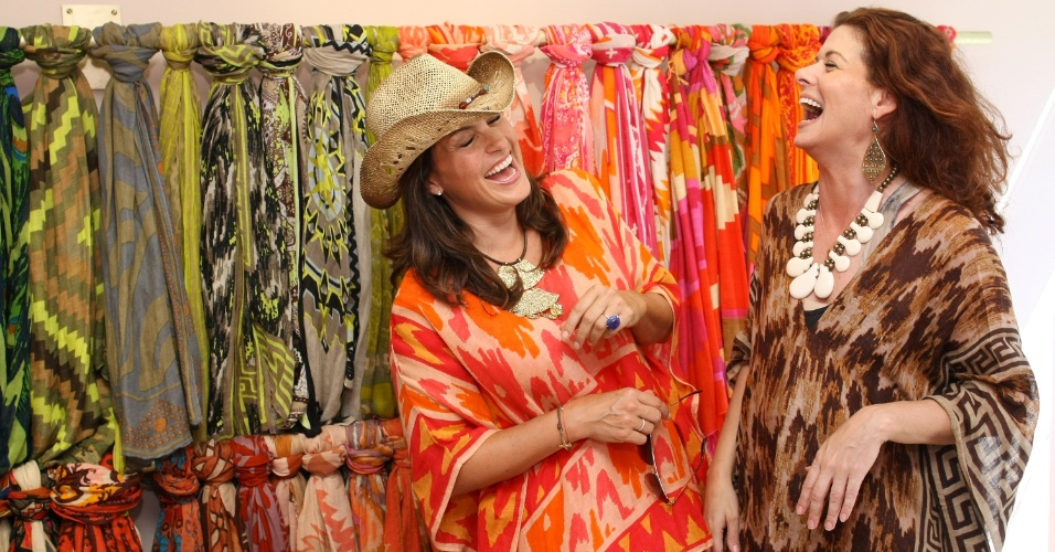 Mariska Hargitay e Debra Messing participam de evento beneficente na loja de acessórios Theodora & Callum, em Bridgehampton, NY (06/07/2012)