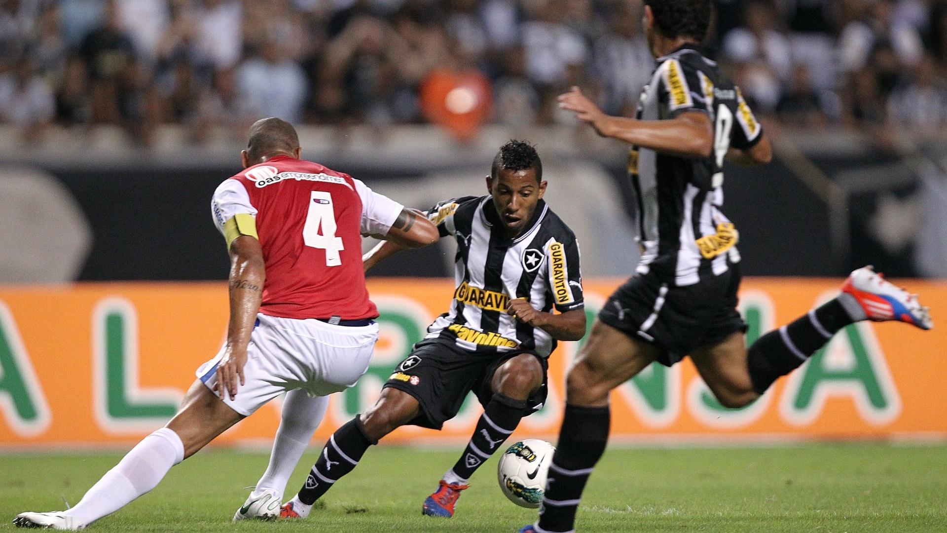 Meia do Botafogo, Vitor Júnior faz o corte em Titi, zagueiro e capitão do Bahia