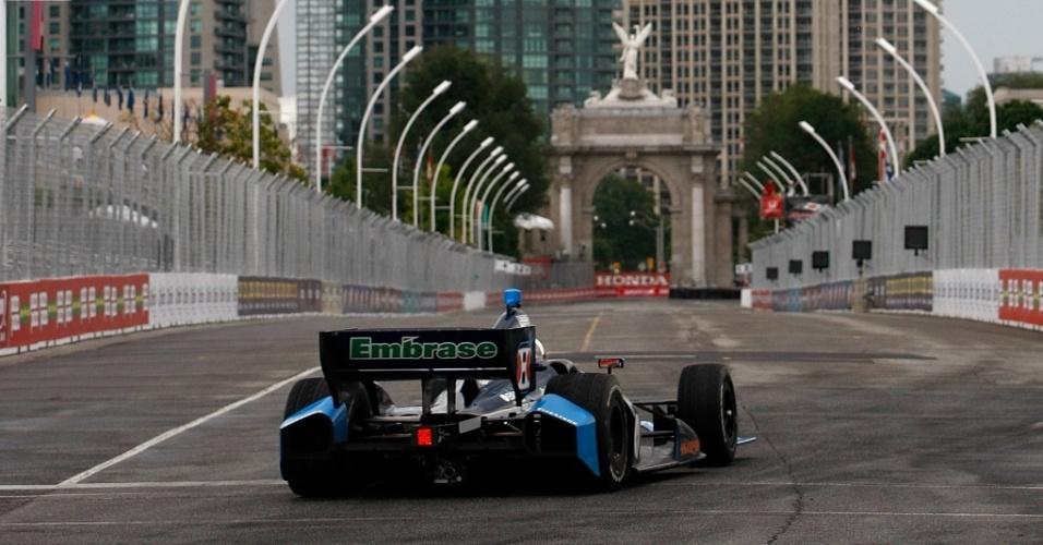 Rubens Barrichello guia seu carro pela pista de Toronto