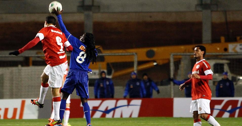 Tinga sobe para disputar bola aérea com Leandro Damião e coloca a mão na bola