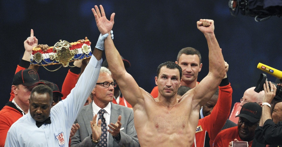 &#193;rbitro anuncia vit&#243;ria de Wladimir Klitschko por nocaute