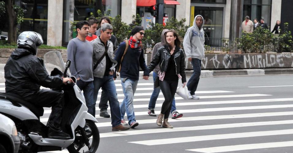 8.jul.2012 - Após semana de sol, paulistanos enfrentam frio durante o domingo (8), que começou chuvoso. Apesar de os termômetros marcarem 13 graus, a sensação térmica está baixa por conta do vento