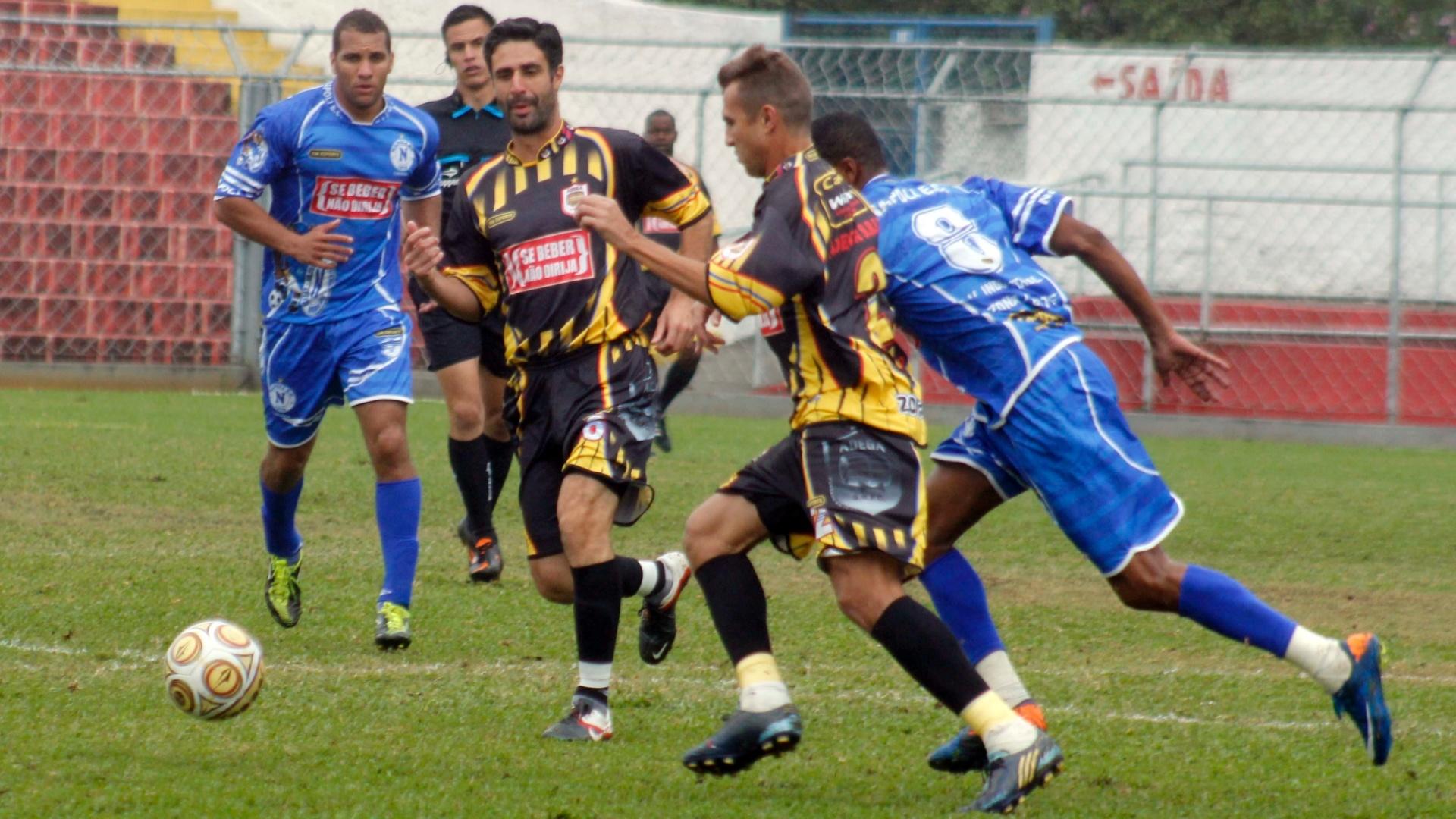 Campeão de 2002, o Napoli (azul) bateu o Adega (amarelo) por 2 a 1