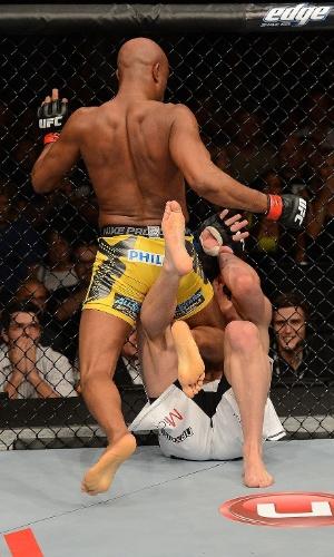 Anderson Silva acerta Sonnen com joelhada no corpo e encaminha nocaute no segundo round do UFC 148