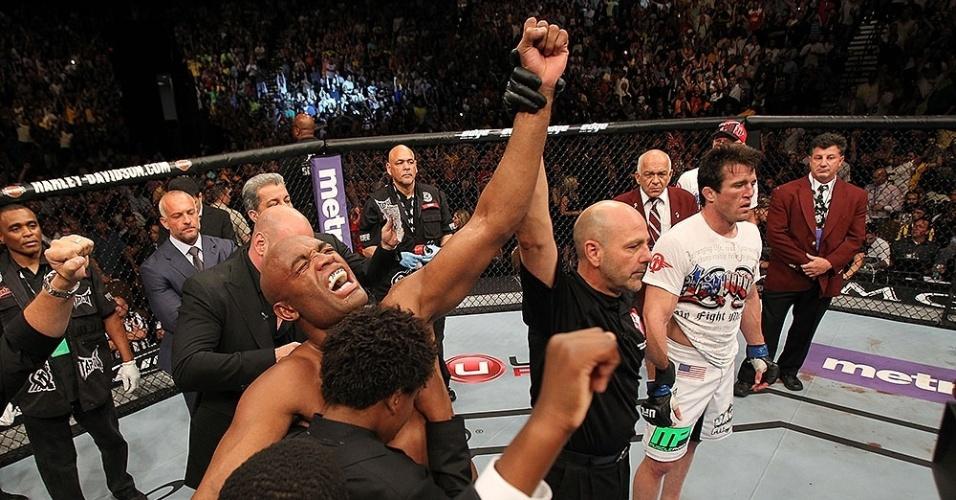 Anderson Silva comemora a vitória contra Chael Sonnen, no segundo round pelo UFC 148