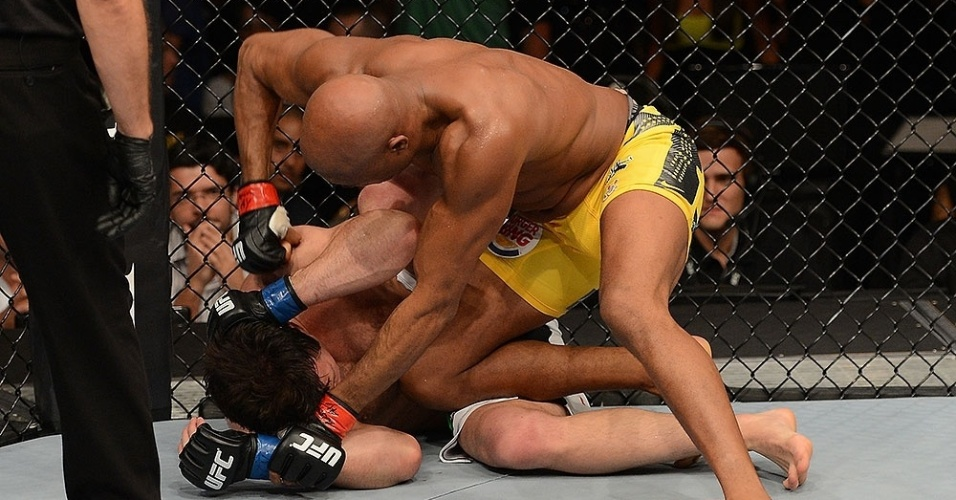Anderson Silva golpeia Sonnen e s aguarda o encerramento do combate
