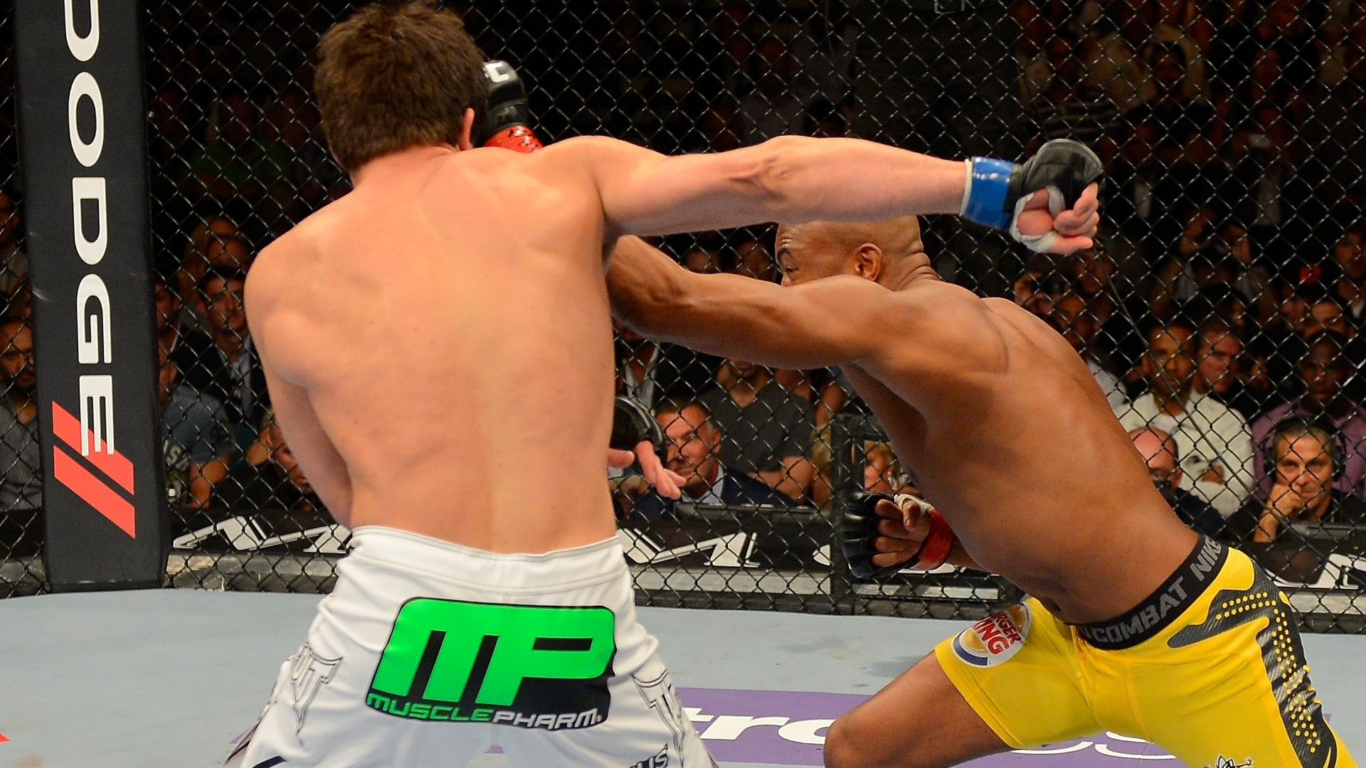 Anderson Silva venceu Chael Sonnen por nocaute no 2 round e manteve o cinturo dos pesos mdios