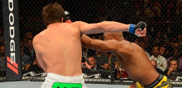 Anderson Silva venceu Chael Sonnen por nocaute no 2º round e manteve o cinturão