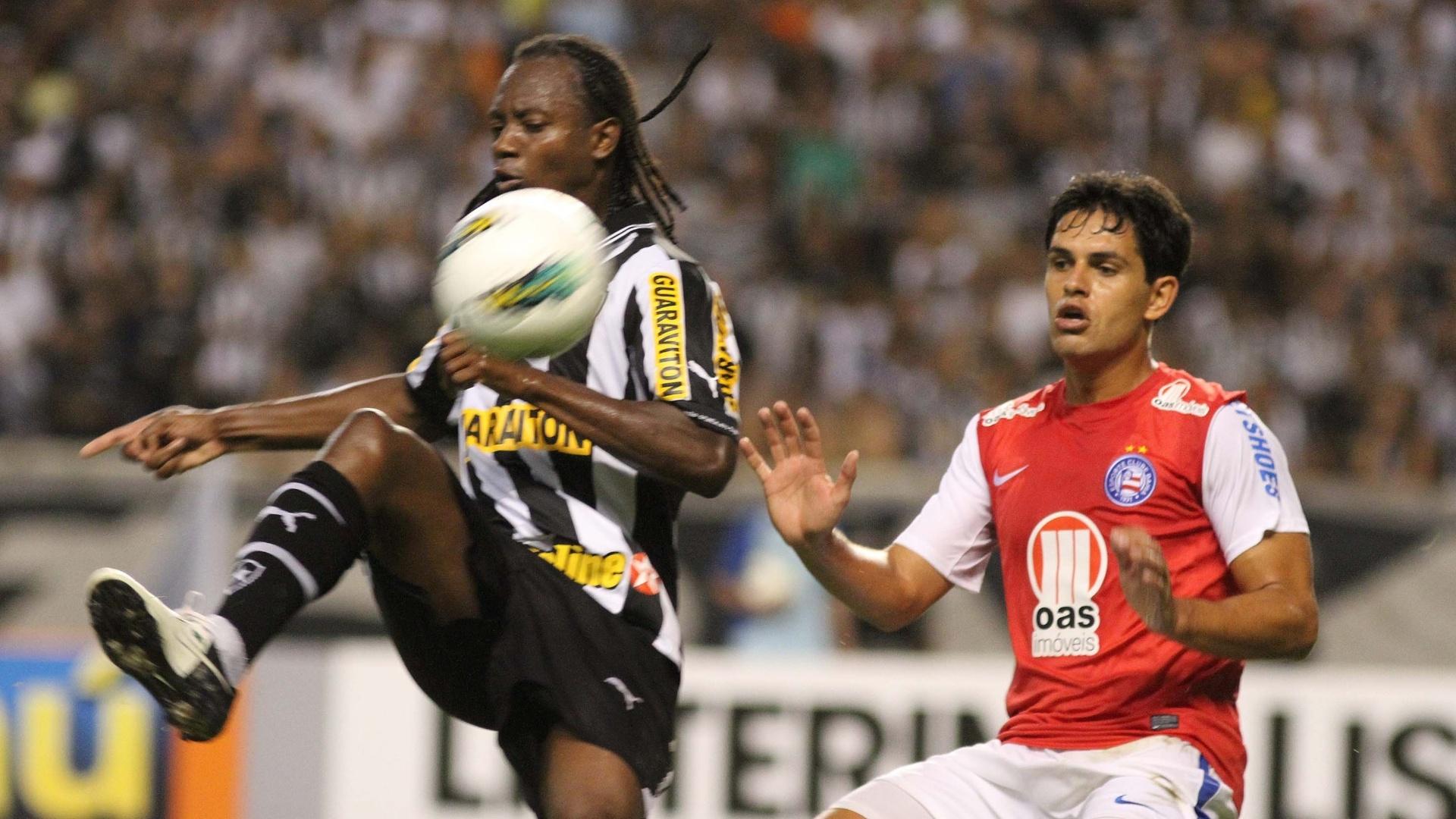Andrezinho, do Botafogo, domina a bola no primeiro tempo, marcado por Fahel, do Bahia