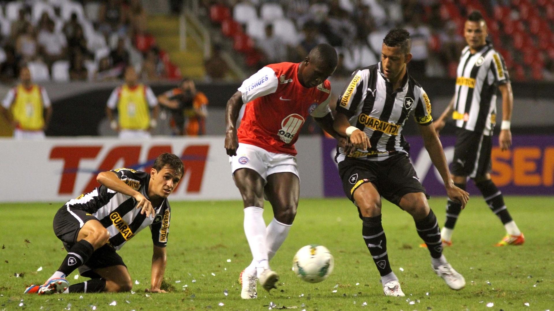 Atacante do Bahia, Jones tenta passar por Antônio Carlos, zagueiro do Botafogo