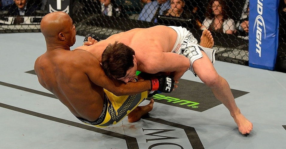 Chael Sonnen entra nas pernas de Anderson Silva e derruba o brasileiro; o campeão nocauteou no 2º round