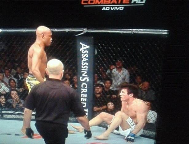 Chael Sonnen olha fixamente para Anderson Silva, pouco antes de ser nocauteado no UFC 148