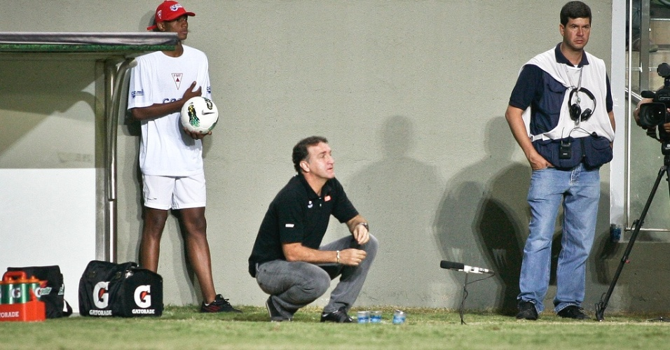 Cuca durante a vitória do Atlético-MG sobre a Portuguesa por 2 a 0 (8/7/2012)