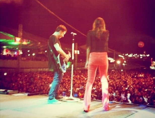 """Di Ferrero publicou uma foto de sua noiva, Mariana Rios, cantando em um show de sua banda, o NX Zero em Itaguaí, no Rio de Janeiro. """"Até a @marianarios deu uma canja ontem!"""", escreveu"""