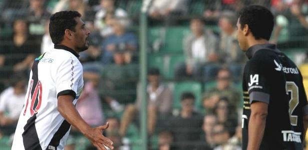 Diego Souza corre para comemorar após marcar sobre o Figueirense (08/07/2012)