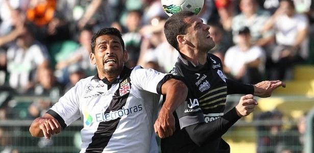 Diego Souza disputa bola com defensor do Figueirense durante jogo pelo Brasileiro (08/07/2012)