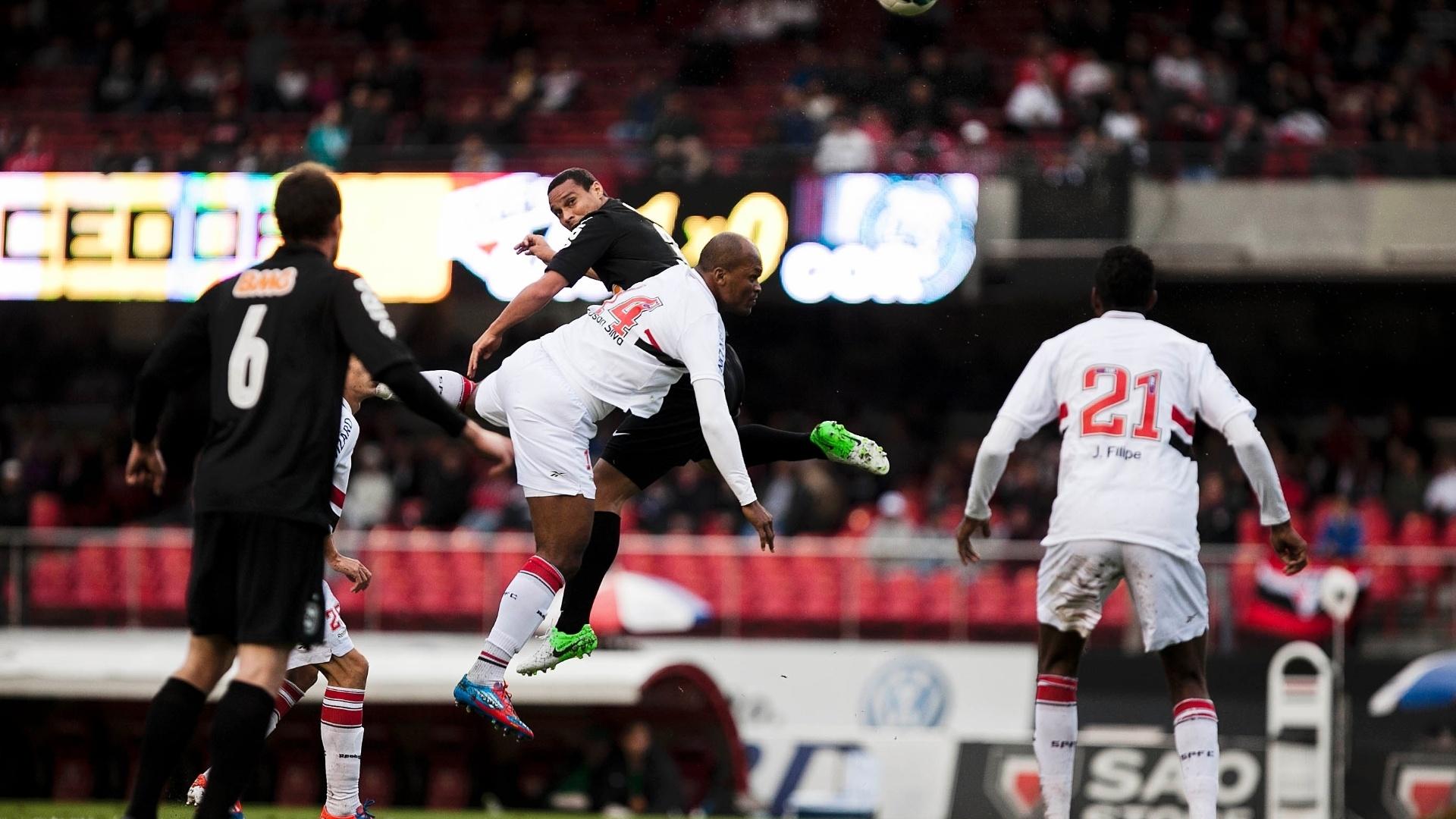 Edson Silva e Émerson disputam bola aérea na partida entre São Paulo e Coritiba no Morumbi