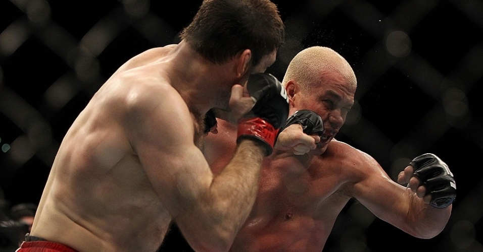 Forrest Griffin golpeia Tito Ortiz em sua vitria por pontos no UFC 148