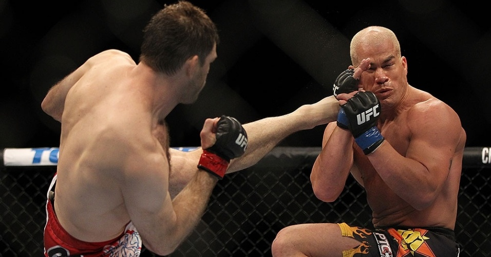 Forrest Griffin tenta chute alto na cabea de Tito Ortiz em sua vitria por pontos no UFC 148