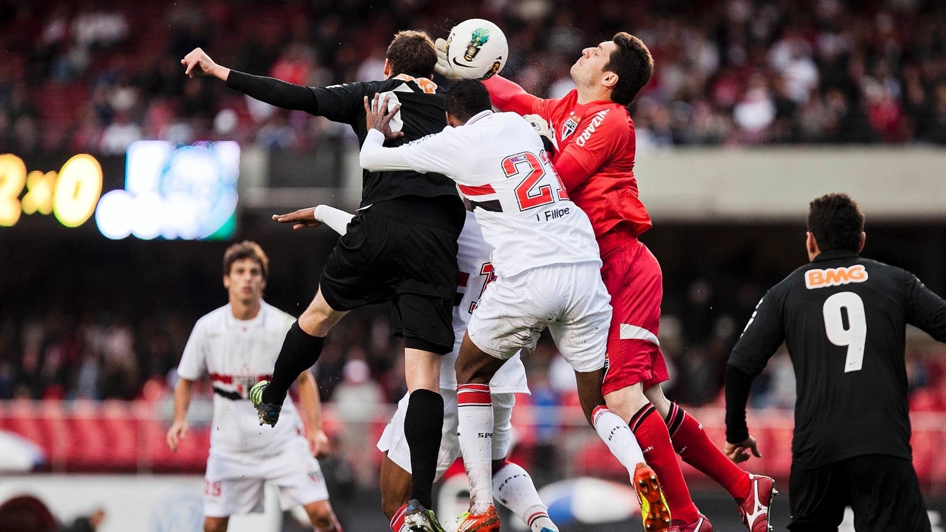 Goleiro Dênis, João Filipe e Tcheco brigam pela bola na área do São Paulo na partida contra o Coritiba no Morumbi