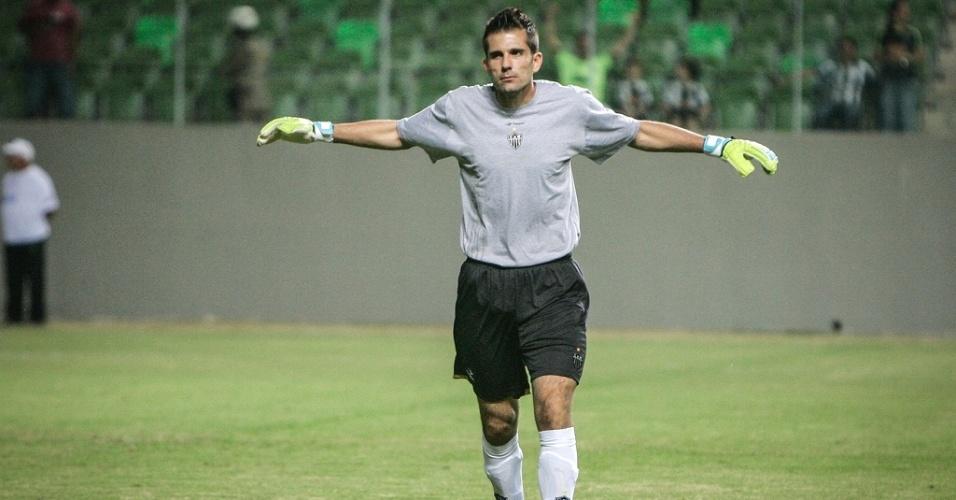 Goleiro Victor durante a vitória do Atlético-MG sobre a Portuguesa (8/7/2012)