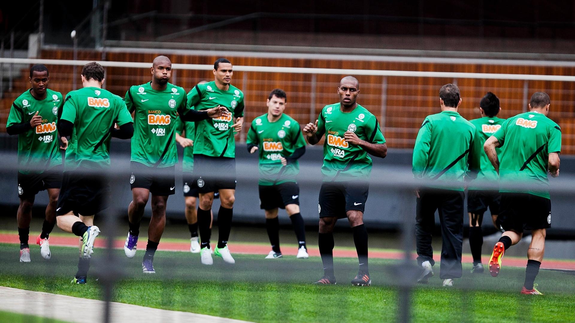 Jogadores do Coritiba aquecem para partida contra o São Paulo pelo Campeonato Brasileiro