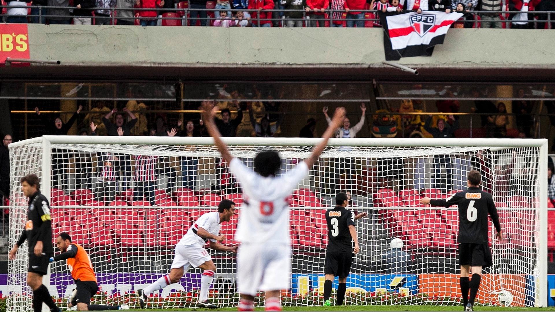 Maicon comemora gol marcado no Morumbi sobre o Coritiba, o segundo do São Paulo