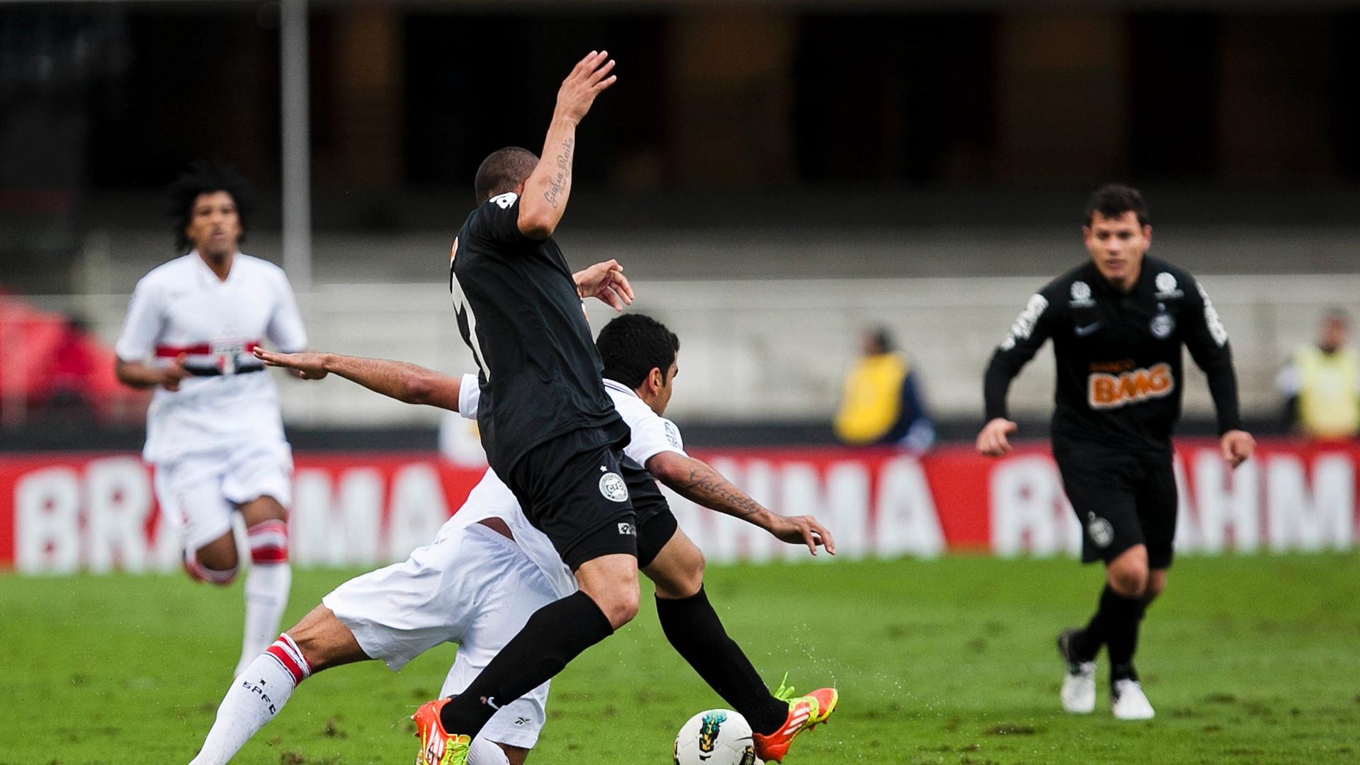 Maicon, do São Paulo, e França, do Coritiba, disputam posse de bola no Morumbi