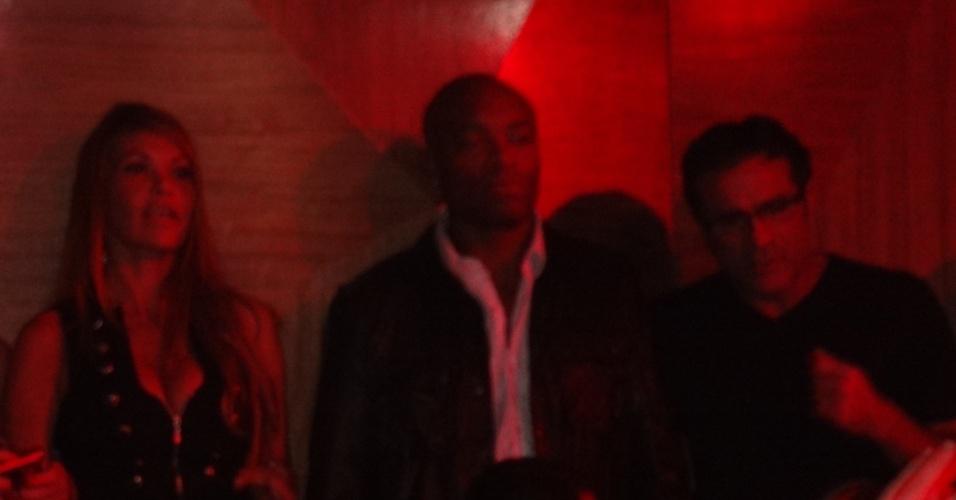 Mesmo comemorando sua décima defesa de cinturão, Anderson ficou tranquilão em sua festa, quase tímido