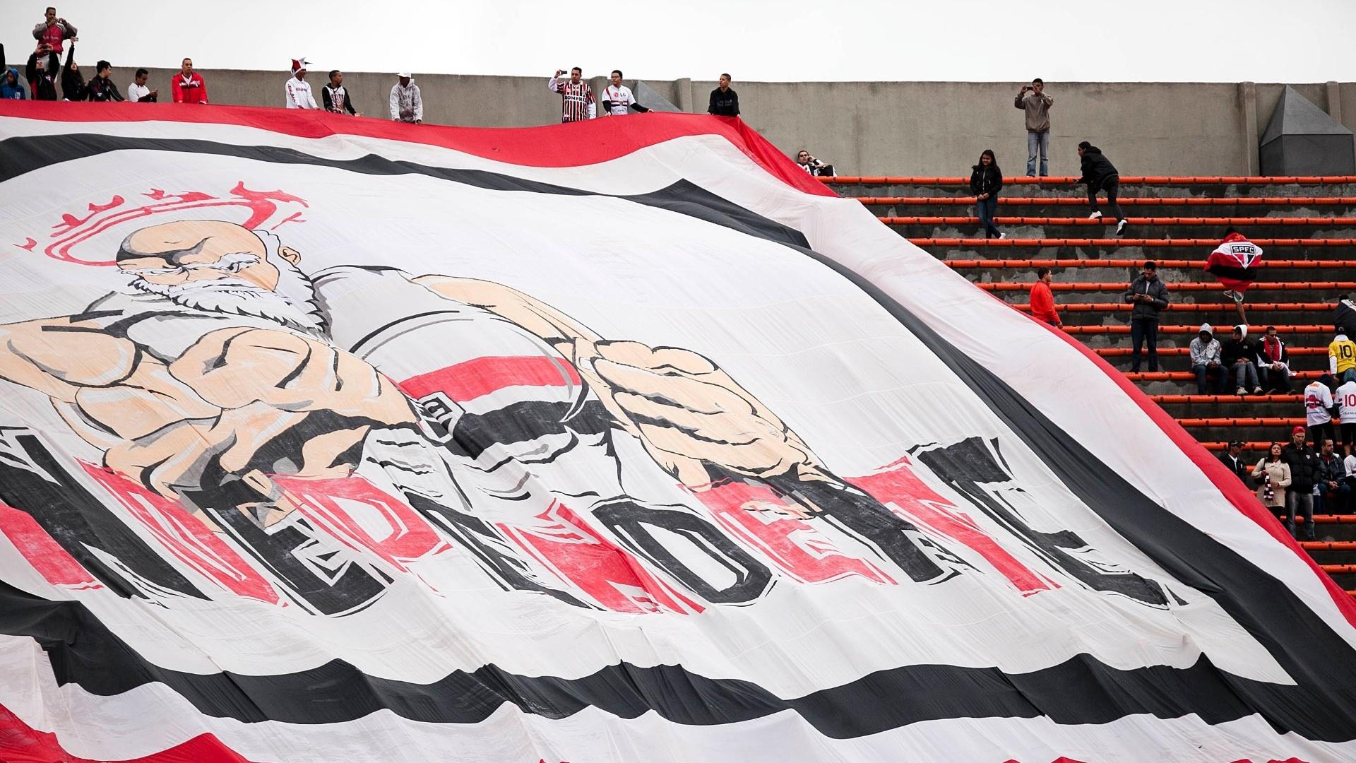 Organizada do São Paulo prepara bandeirão para a partida contra o Coritiba no Morumbi