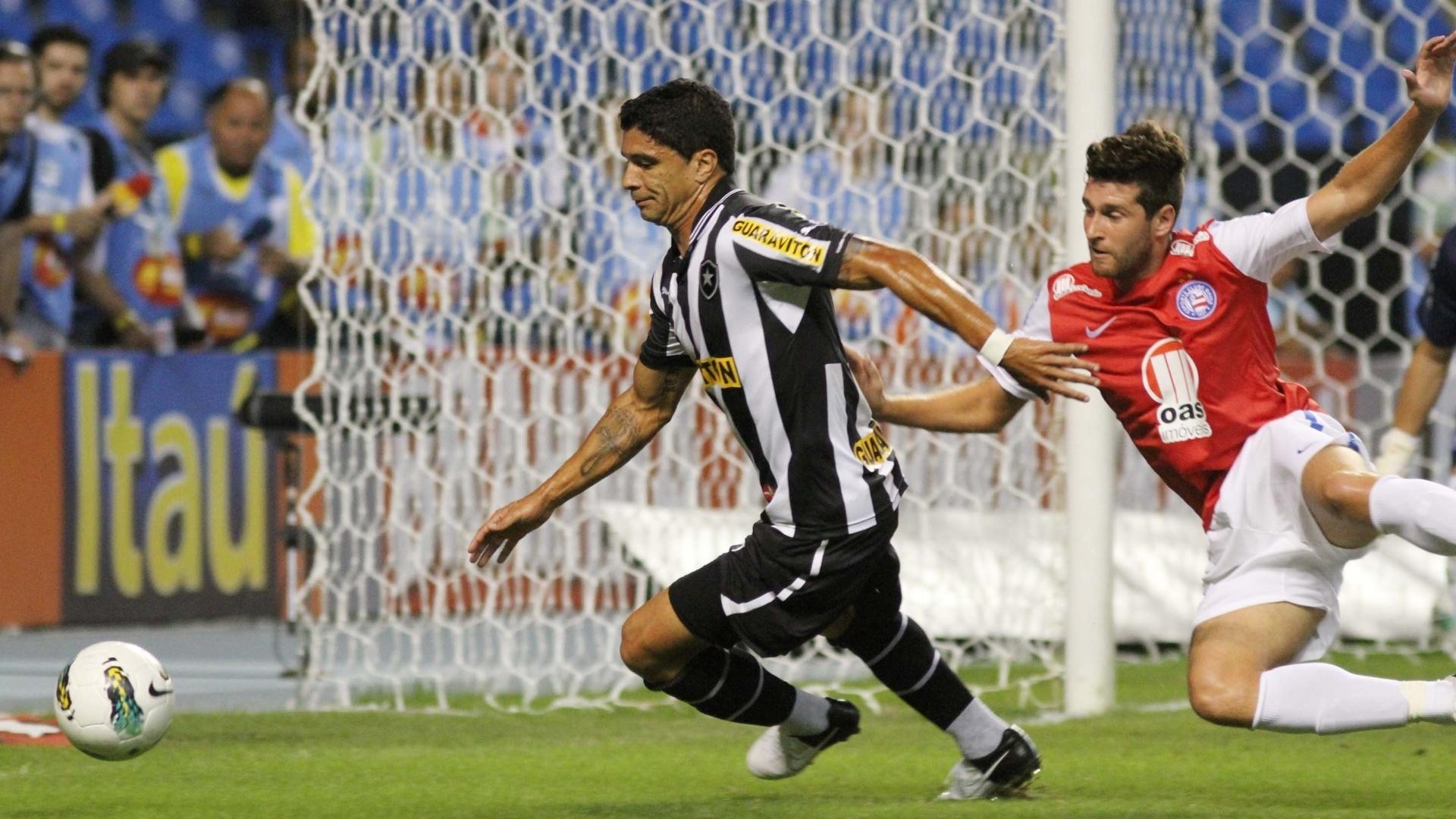 Renato tenta se livrar da marcação de Danny Morais, zagueiro do Bahia